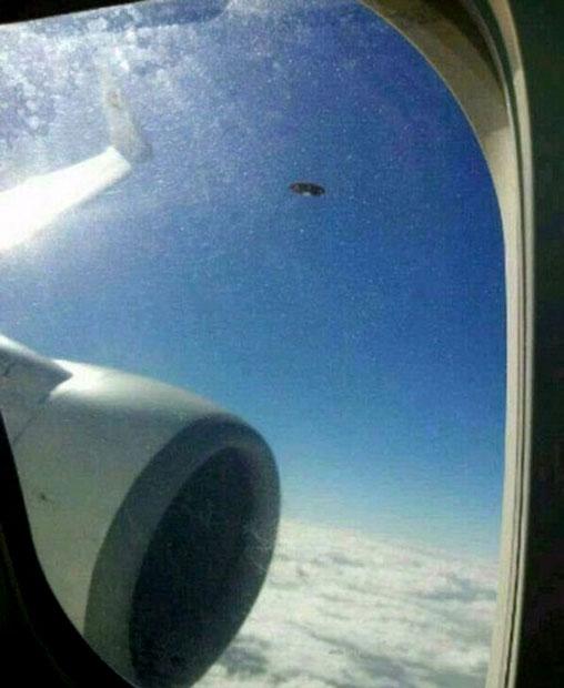 ufo-plane-window_2425468k
