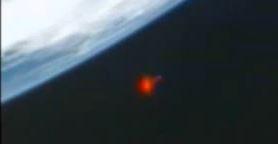 flash vermelho perto da extação espacial