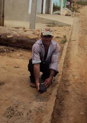 Possível meteorito na mão de seu descobridor