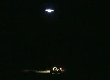 OVNI analisa automóvel em Michican, EUA.