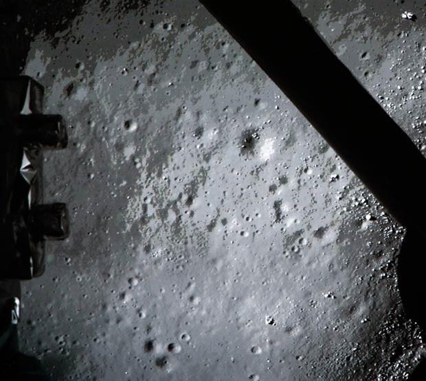 Imagem feita pela sonda chinesa Chang'e 3 mostra a superfície da Lua logo antes do pouso (Foto: AFP)