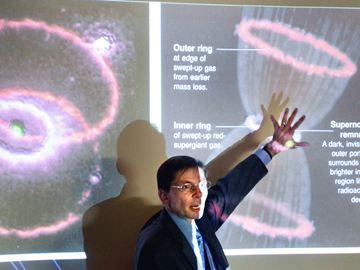 Shelton explicando sobre supernovas