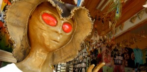 estatua-de-extraterrestre-decora-a-entrada-de-loja-de-souvenirs-de-sao-thome-das-letras