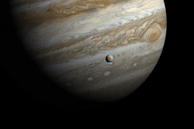 Júpiter, com uma de suas luas, Europa.