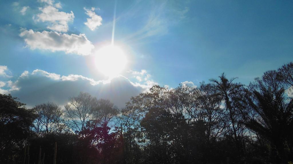 Tres puntos luminosos son fotografiados al lado del Sol