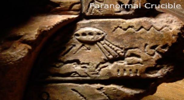 Símbolos ao lado da alegada cabeça de ET mostra o que poderia seu uma nave emitindo raios de luz.