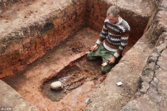 Arqueólogo escavando o esqueleto