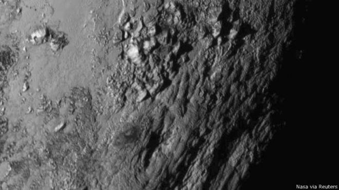 Novas imagens em alta resolução permitem ver claramente a topografía acidentada de Plutão.