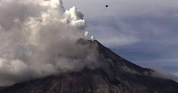OVNI em forma de diamante sobre vulcão