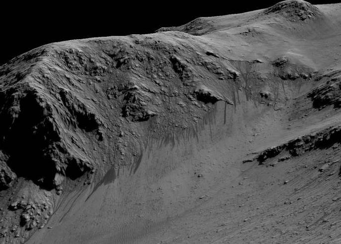 Água escorrendo nas encostas de montanhas em Marte (Credito: NASA)