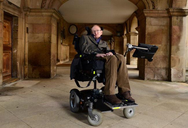 "CAMBRIDGE, CAMBRIDGESHIRE - 19 de Setembro de 2013: Professor Stephen Hawking participa do lançamento do filme ""Hawking"", na noite de abertura do Festival de Filmes de Cambridge Film Festival, ocorrido na Faculdade Emmanuel. (Foto: Karwai Tang/Getty Images)"