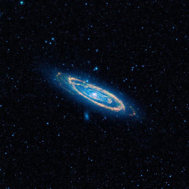 Uma imagem de cor falsa da emissão infravermelhamédia da Grande Galáxia de Andrômeda, obtida pelo telescópio espacial WISE, da NASA.