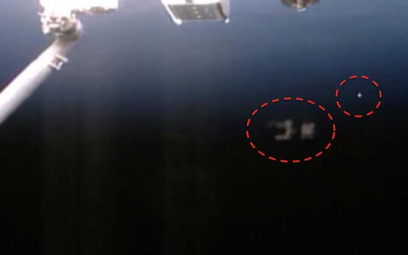 OVNI com drone ao seu redor