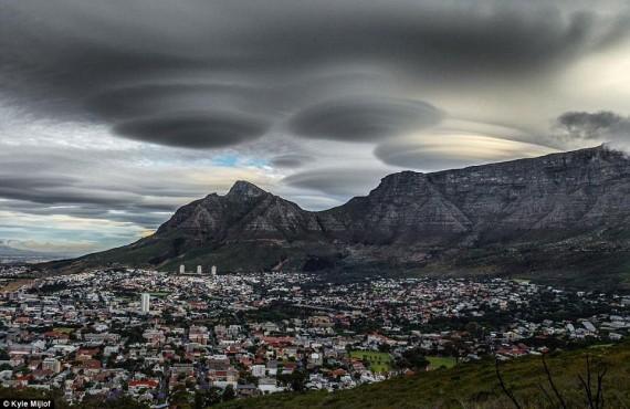 OVNIs / UFOs aparecem em duas cidades da África do Sul, na mesma noite