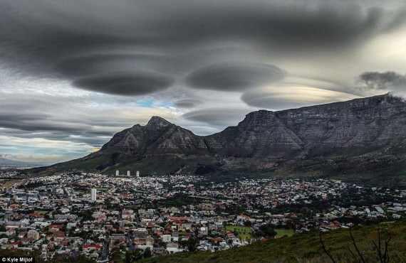 Nuvens lenticulares na Cidade do Cabo.