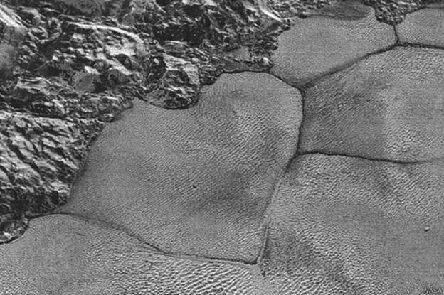 A Nasa divulgou imagens de montanhas flutuantes na superfície de Plutão, aparentes formações de gelo suspensas sobre um oceano de nitrogênio congelado (Foto: Nasa)