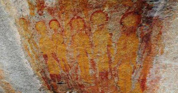 possíveis alienígenas em petroglifo