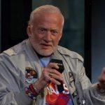 Buzz Aldrin fala em entrevista sobre possibilidades de comunicação com extraterrestres
