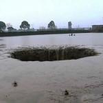 China: Cratera aparece em açude e suga a água com 10.000 peixes.