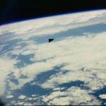 O que seria aquele Objeto Voador Não Identificado do lado de fora do Ônibus Espacial?