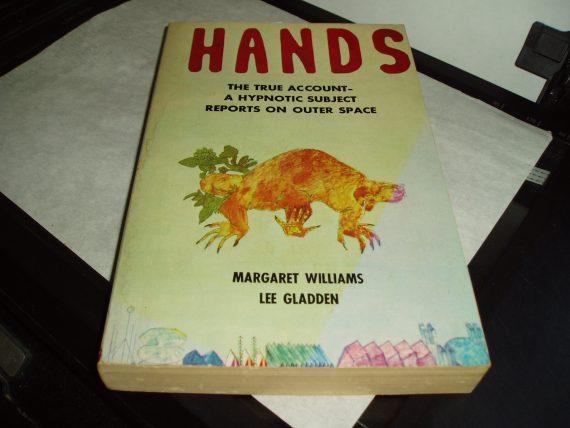 Hands-livro-sobre-alienígenas-de-Proxima-Centauri