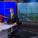OVNI / UFO paira sobre o arco da cidade de St. Louis – EUA
