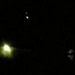 OVNI / UFO triangular gigantesco fica parado no ar por meia hora, na Austrália