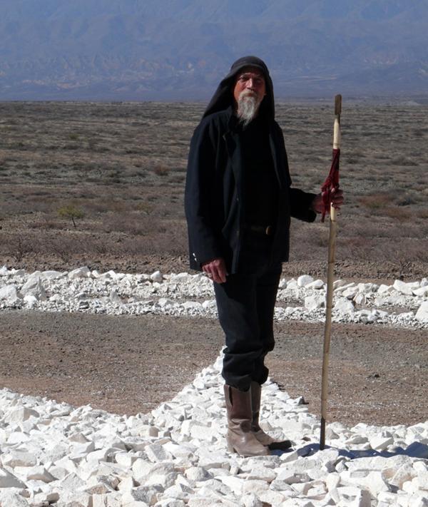 Werner Jaisli, o suíço que habita uma caverna e construiu o primeiro ovniporto do país.