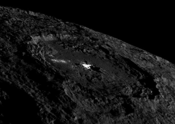 Cratera Occator, em Ceres.