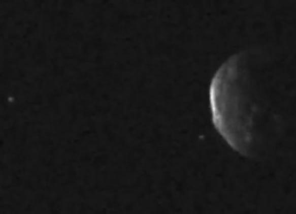 Asteroide que passou próximo da Terra possui dois objetos misteriosos em sua órbita
