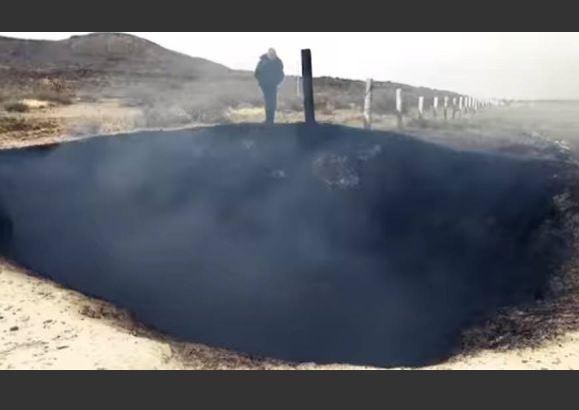 Misteriosa cratera em chamas aparece ao lado de rodovia no México