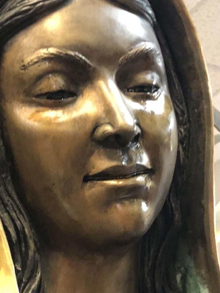 Estátua da Virgem Maria chora nos Estados Unidos